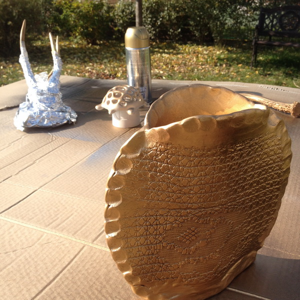 Aranyra-sprayfestett-agyag-váza-Pinty-Plus-sprayfesték