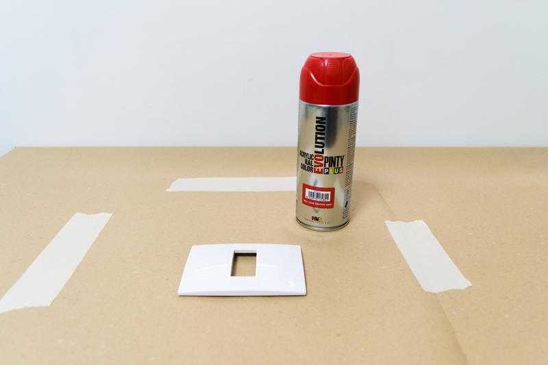 Cómo-pintar-los-interruptores-con-pintura-en-spray-4