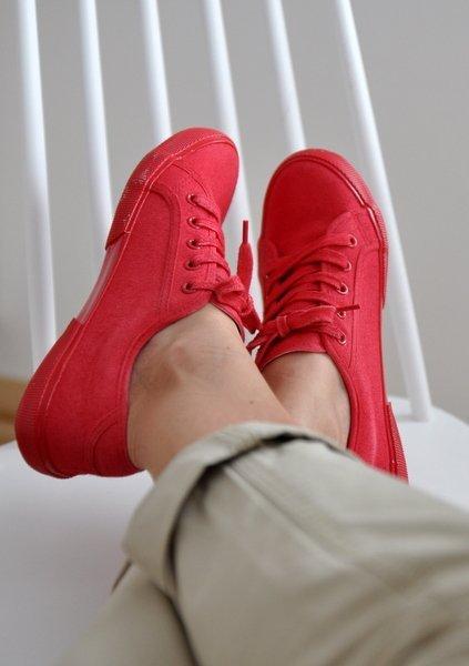 Színes cipő festése sprayvel gyorsan Shakingcolors Blog
