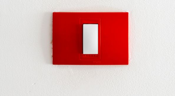 345c779240 Így festhetünk villanykapcsolót könnyedén festék sprayvel - SHAKING COLORS