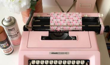 Írógép átfestése kréta festék sprayvel